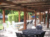 Une terrasse ombragée est accessible à tous les pensionnaires de l'EHPAD Joseph Magot